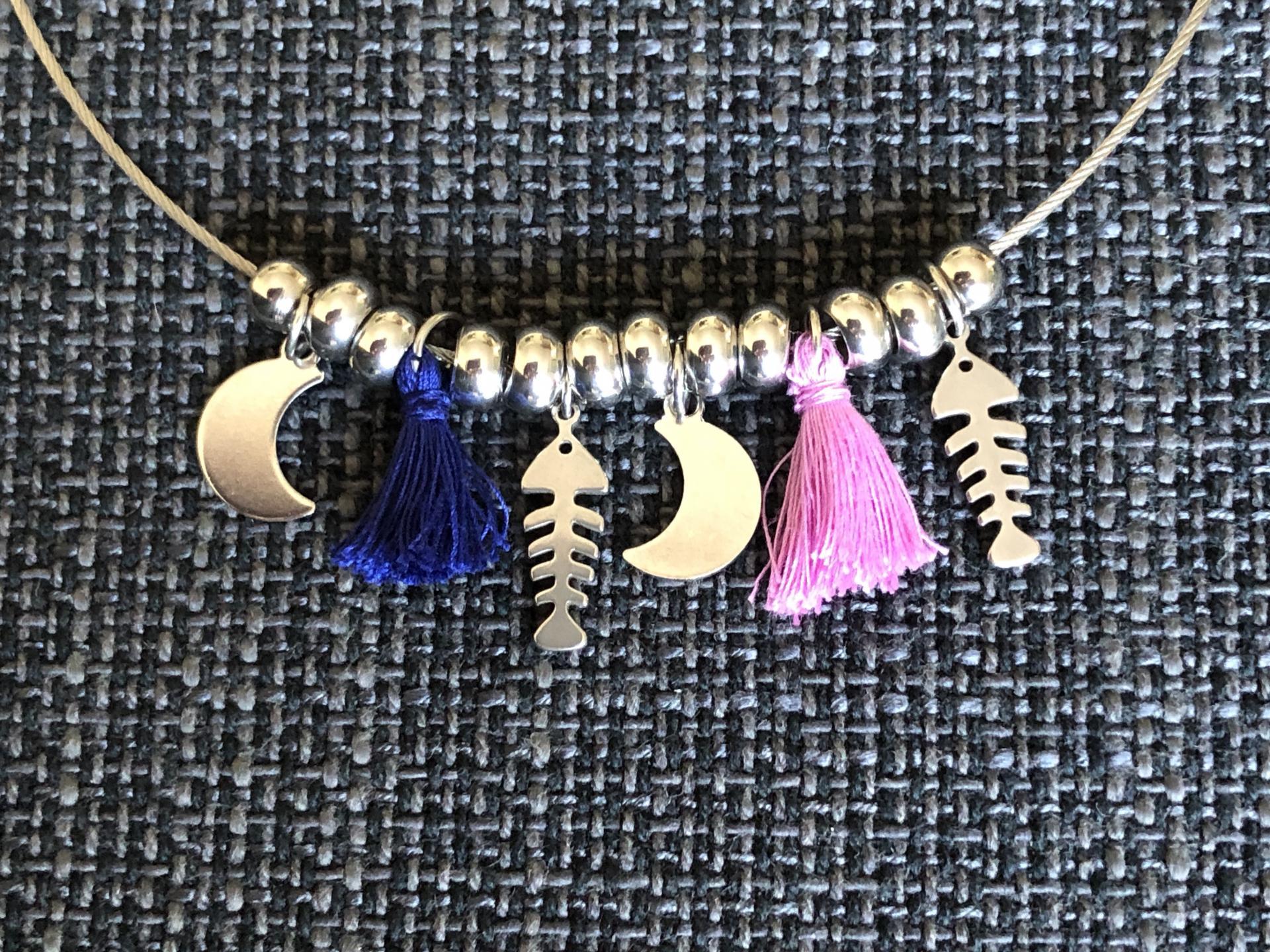 Collar con  bolitas ,lunas , raspas y pompones azul y violeta