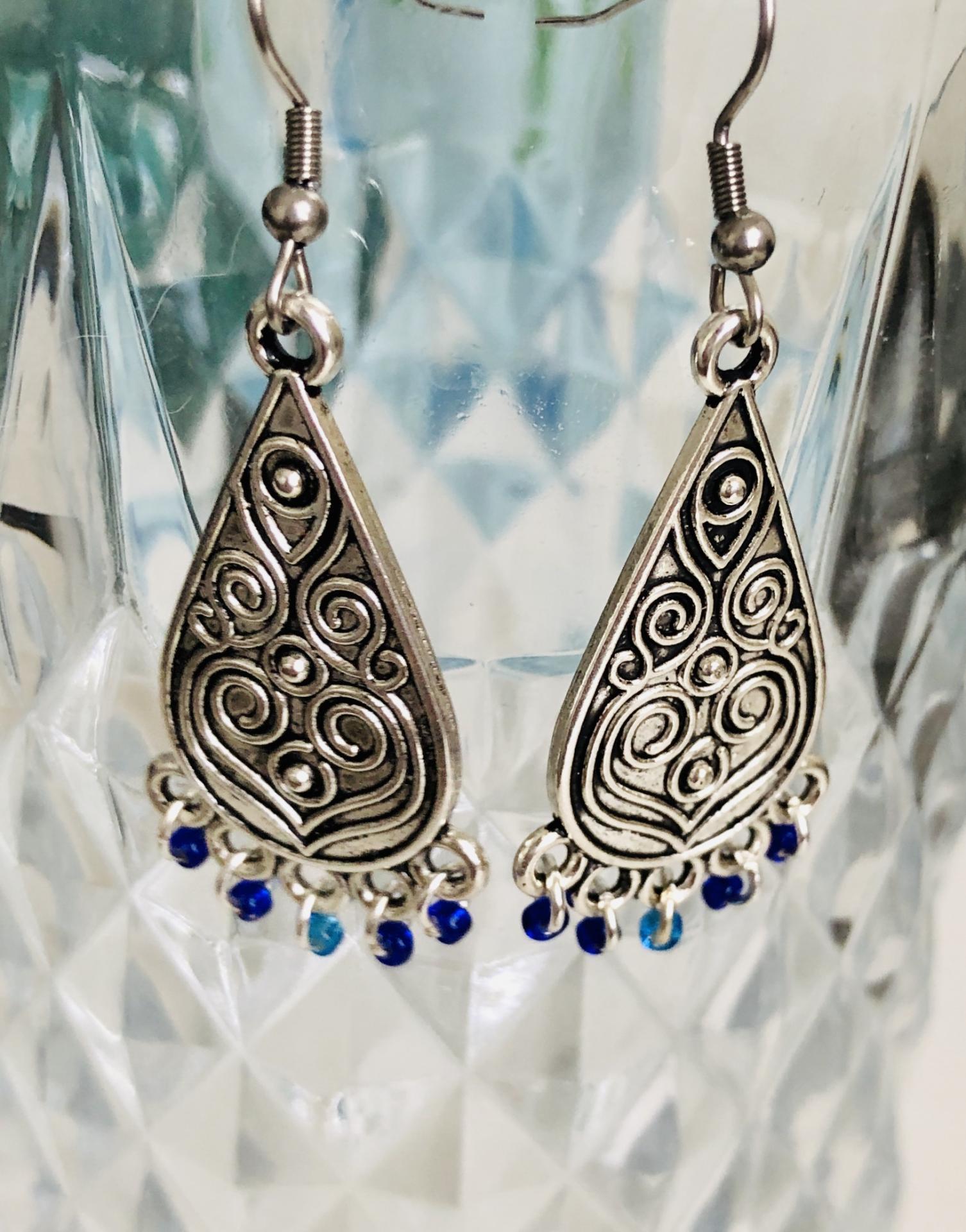 Pendientes plateados con forma de gota y abalorios azules