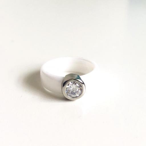 Anillo de cerámica blanca y brillante