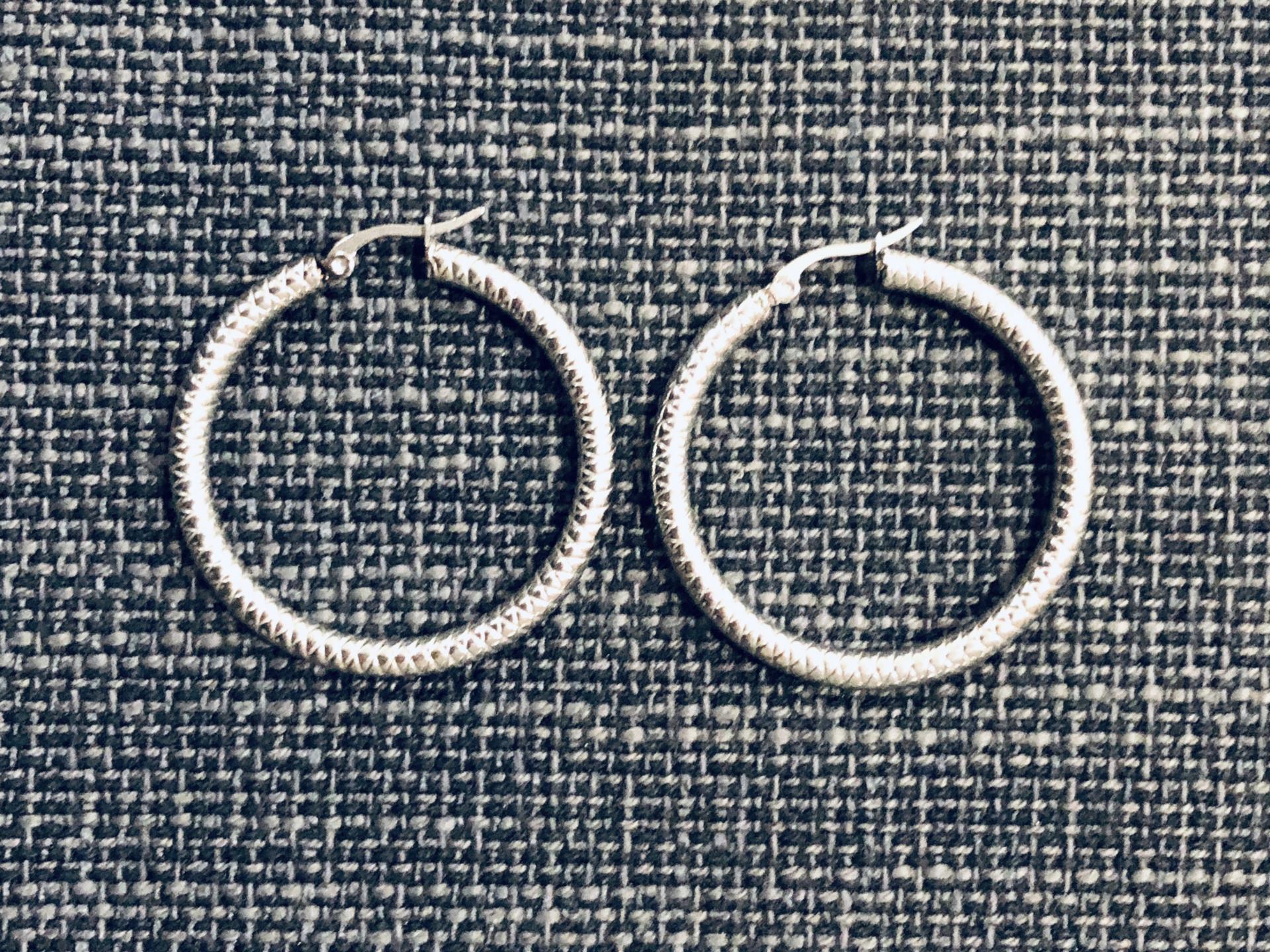 Aros de acero texturados plateados 4,5 cm