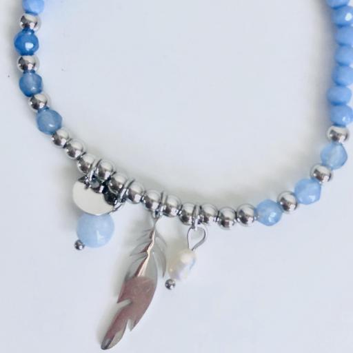 Pulsera elástica de bolas plateadas, con pluma y tonos azules [1]