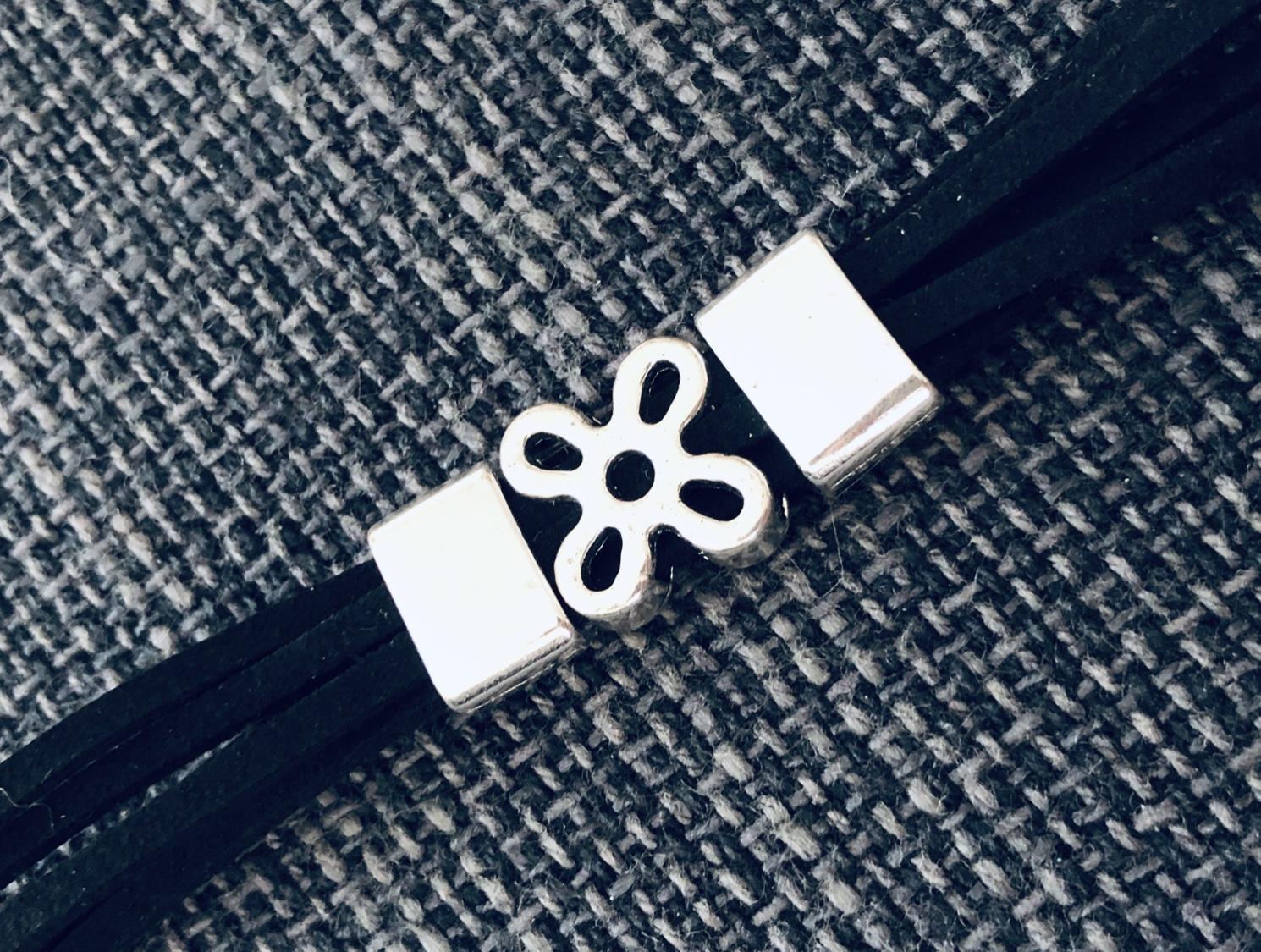 Pulsera con flor plateada y antelina negra