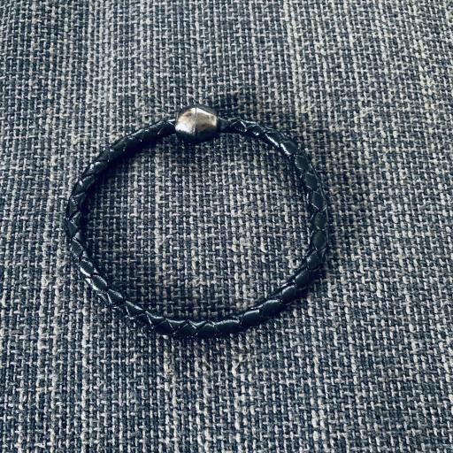 Pulser redonda de cuero  texturado color negro
