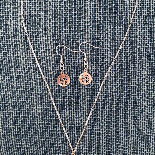 Conjunto de colgante y pendientes con pieza calada con LOVE y huella animal , color rosa [2]