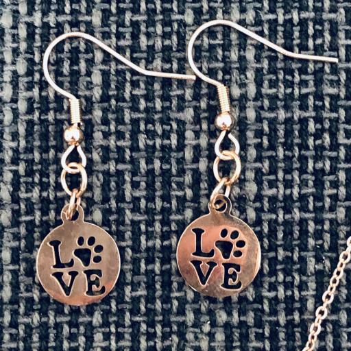 Conjunto de colgante y pendientes con pieza calada con LOVE y huella animal , color rosa [1]
