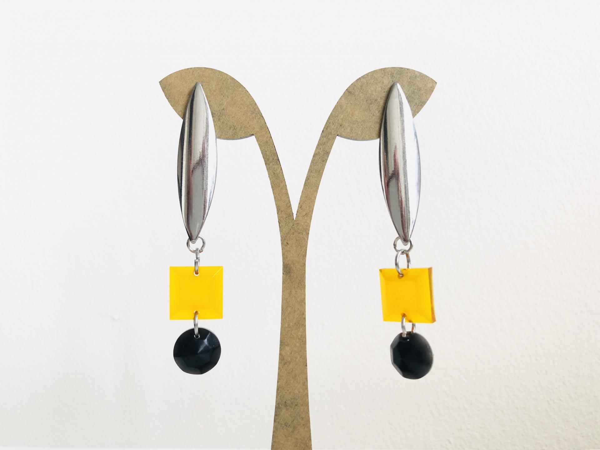 Pendientes  geométricos  ovalados con piezas de resina en color miel y negro