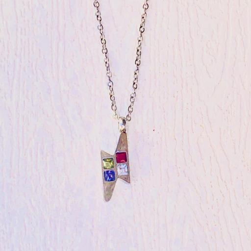 Colgante rayo plateado con cristales de colore y cadena [1]