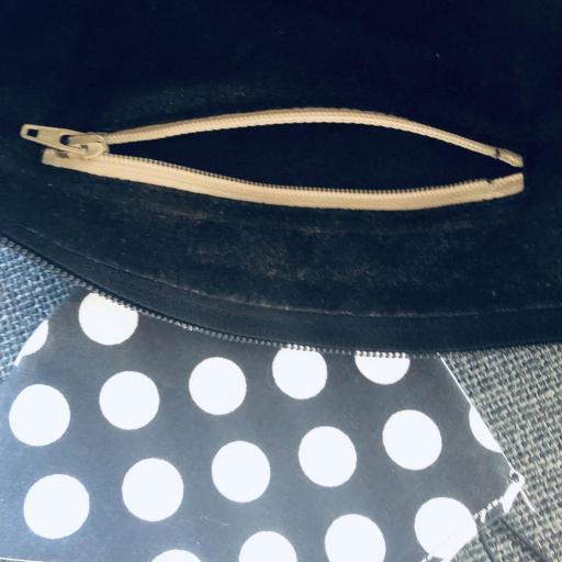 Bolso de mano o bandolera negra con topitos blancos y mascarilla a juego [1]
