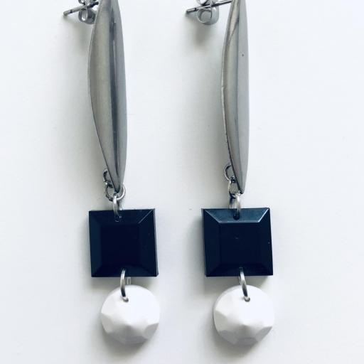 Pendientes geométricos ovalados con piezas de resina en color negro  y  blanco [2]