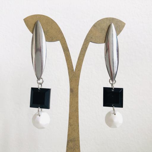 Pendientes geométricos ovalados con piezas de resina en color negro  y  blanco
