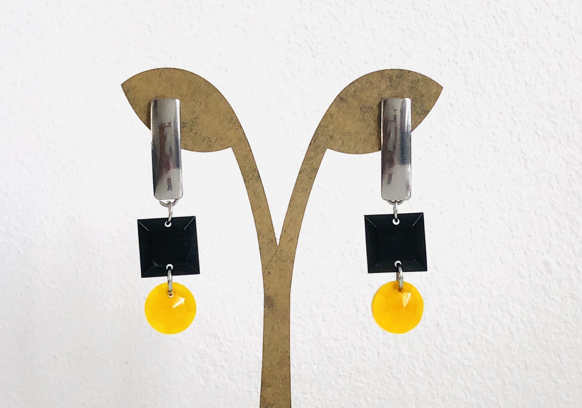 Pendientes geométricos rectangulares con piezas de resina en color miel y negro