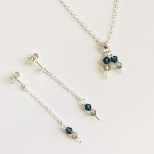 Conjunto de pendientes y colgante con cadena y cristales Swarovski en azul mar y visón