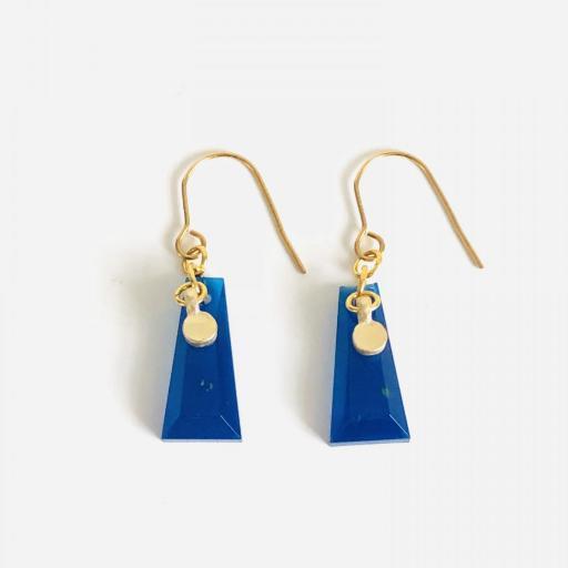 Pendientes dorados geométricos de resina azul