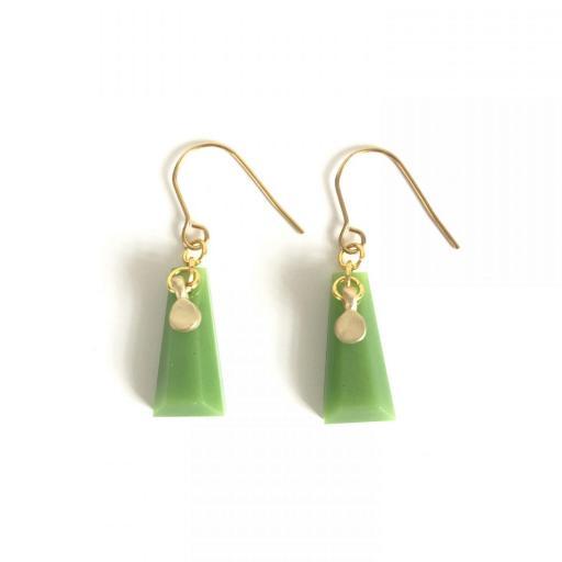 Pendientes dorados geométricos de resina verde lima