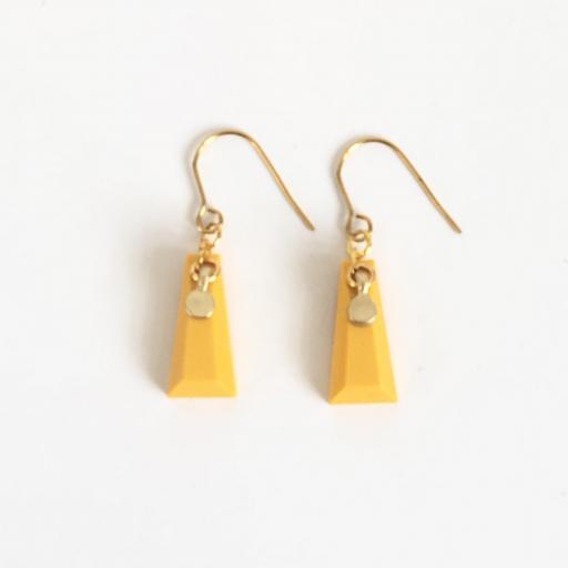 Pendientes dorados geométricos de resina color mostaza