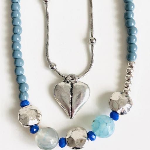 Collar fantasía azul  con corazones  y cadena  plateada