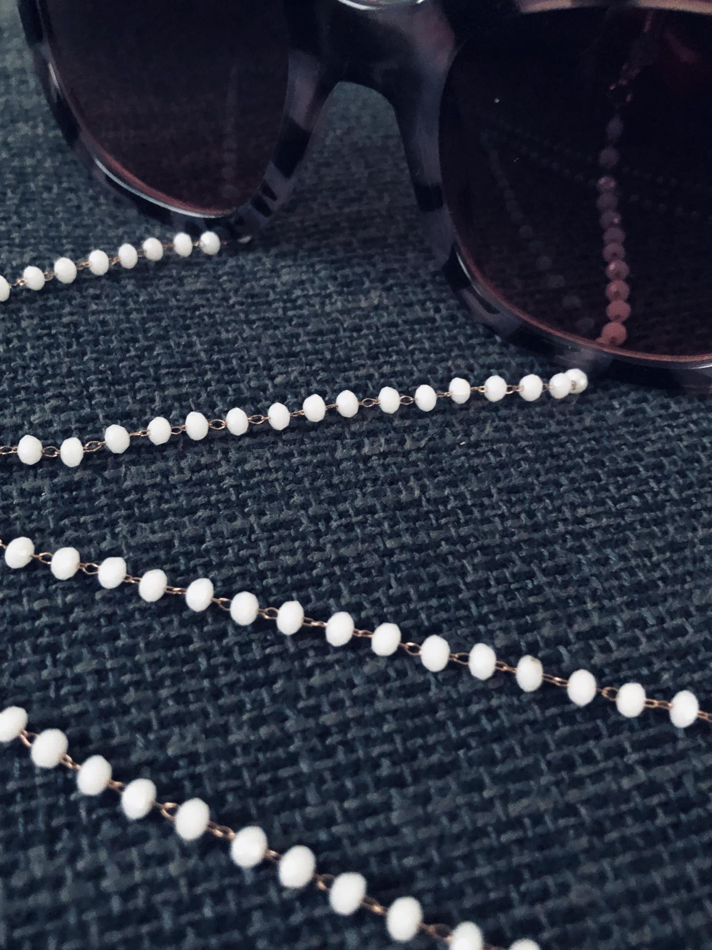 Cordón gafas de bolitas facetadas en color blanco
