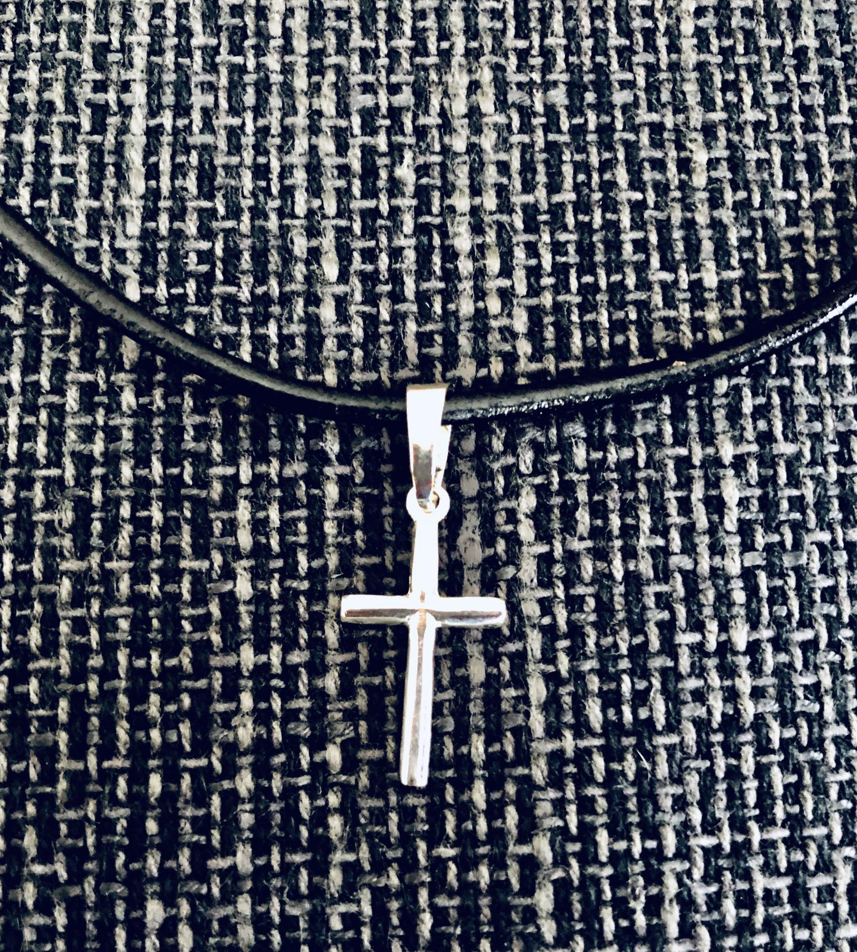 Colgante cruz de plata con cordón de cuero
