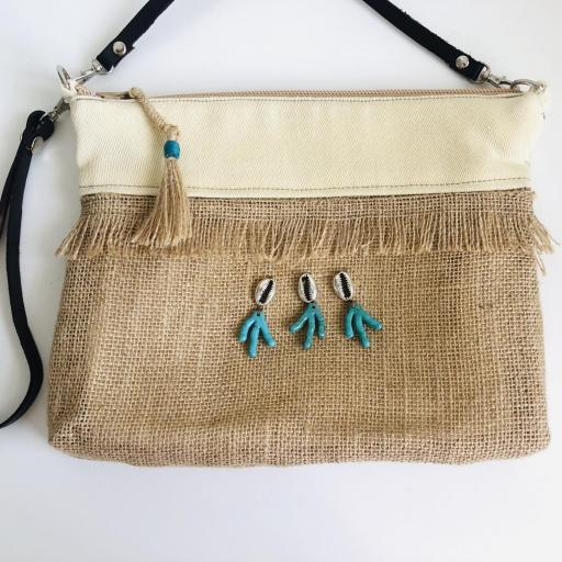 Bolso en tela de saco, tela color crema con detalles plateados y turquesas