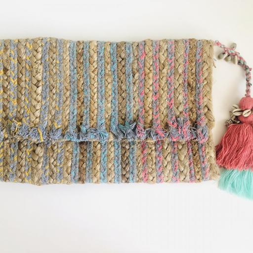 Bolso  en forma de sobre rectangular y borla fucsia-rosa con cadena