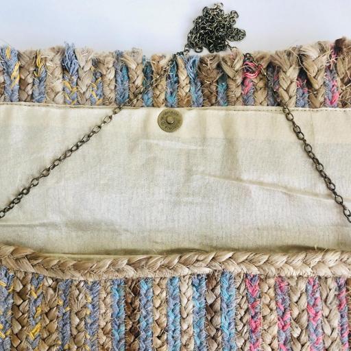 Bolso  en forma de sobre rectangular y borla fucsia-rosa con cadena [2]