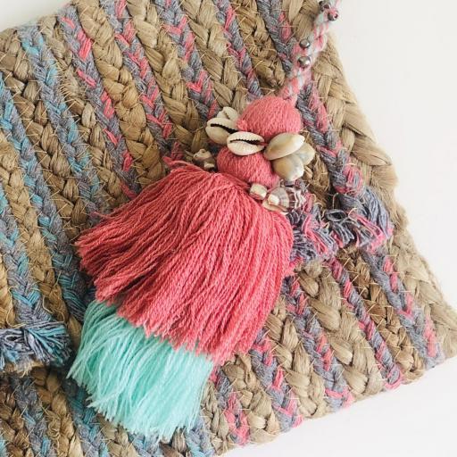 Bolso  en forma de sobre rectangular y borla fucsia-rosa con cadena [1]