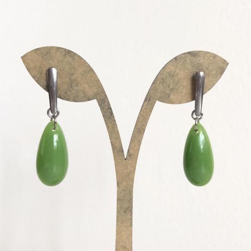 Pendientes de acero  y  resina verde en forma de gota