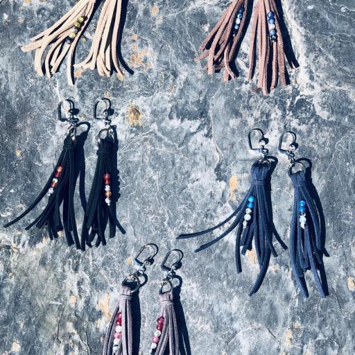 Pendientes de antelina color gris y piedra natural granate [3]