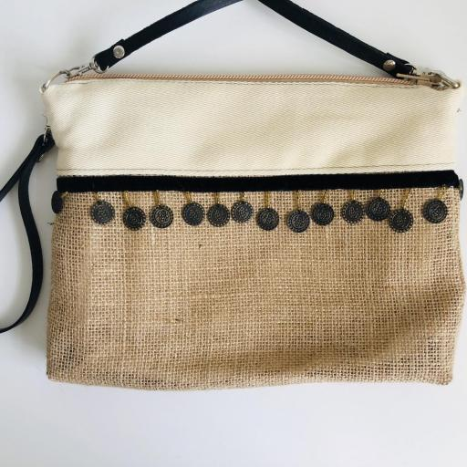 Bolso en tela de saco, tela color crema y monedas
