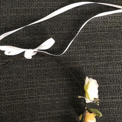 Corona  de flores anaranjadas y hojas con cinta [1]
