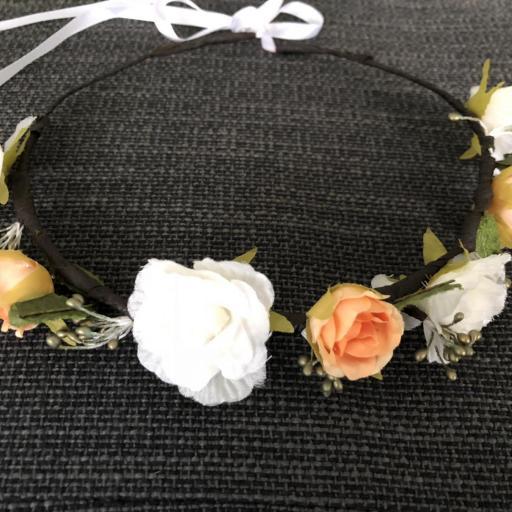 Corona  de flores anaranjadas y hojas con cinta