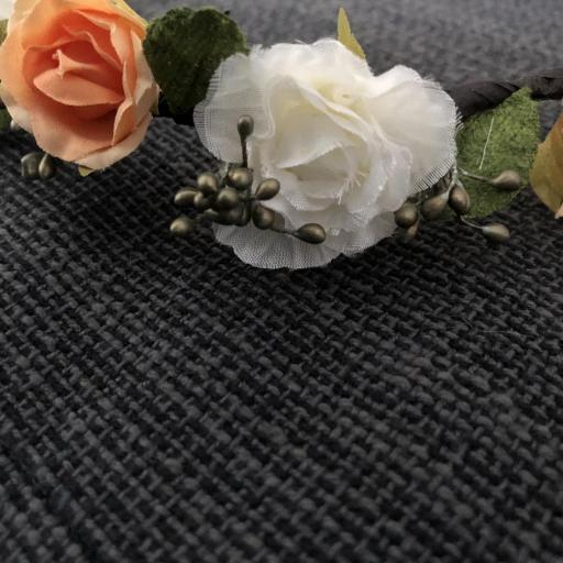 Corona  de flores anaranjadas y hojas con cinta [3]