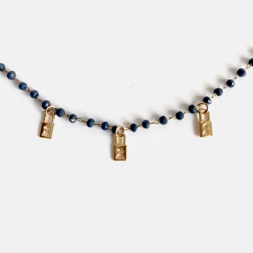 Collar dorado de piedrecitas azul marino y candados dorados