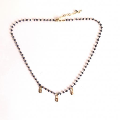 Collar dorado de piedrecitas azul marino y candados dorados [3]