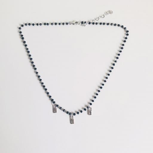 Collar plateado de piedrecitas negras y candados plateados [3]
