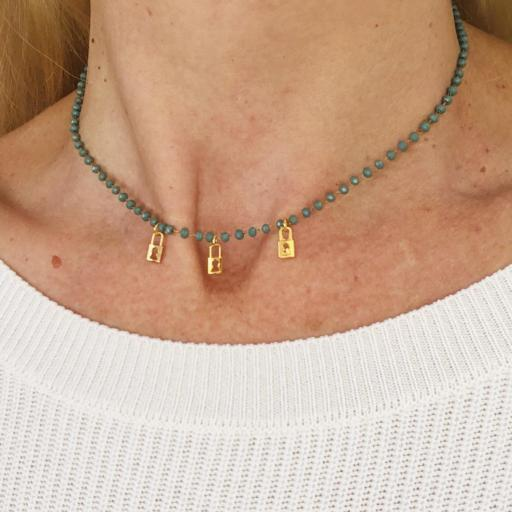Collar dorado de piedrecitas azul verdoso y candados dorados [1]