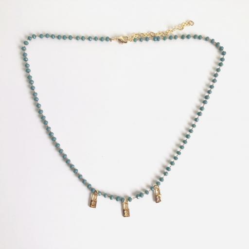 Collar dorado de piedrecitas azul verdoso y candados dorados [3]