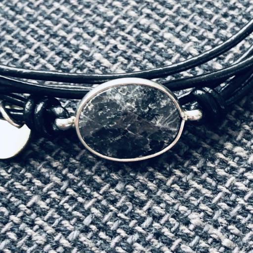 Pulsera hilos negros con piedra gris y negra [1]