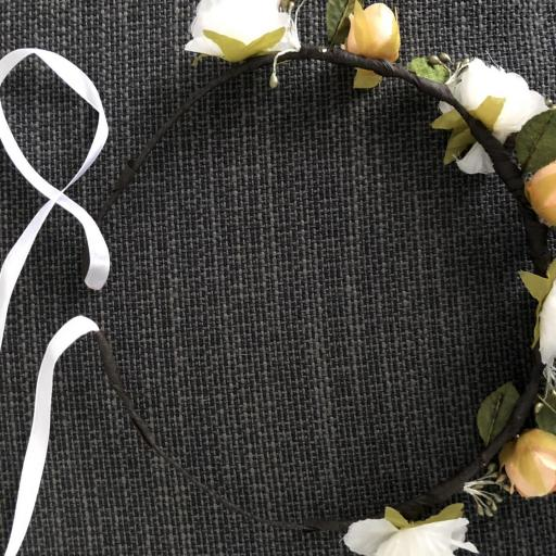 Corona  de flores anaranjadas y hojas con cinta [2]