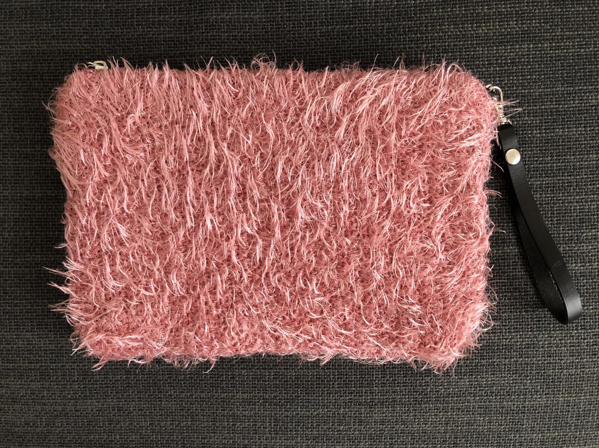 Bolso bandolera de pelo rosa