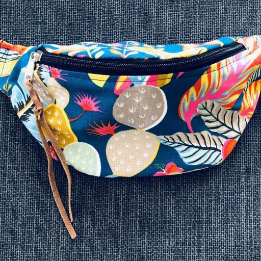 Riñonera-bandolera con motivos tropicales azules