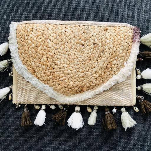 Bolso de yute con borlas y detalles colgantes marineros en tonos beige y marrón [1]