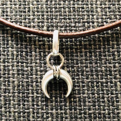 Colgante  cuerno plateado con cuero marrón [2]