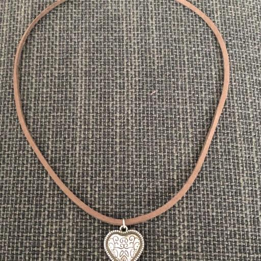 Colgante corazón grabado cordón marrón [1]