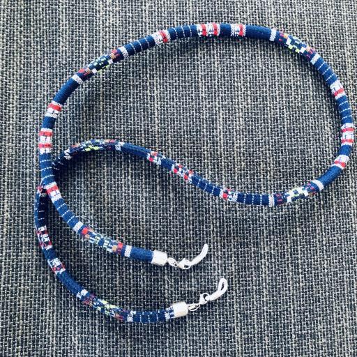 Cordón para gafas redondo en tonos azules, rojos y verde flúor