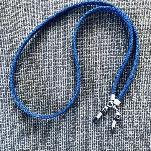 Cordón  plano en color azul con brillo plateado para colgar gafas