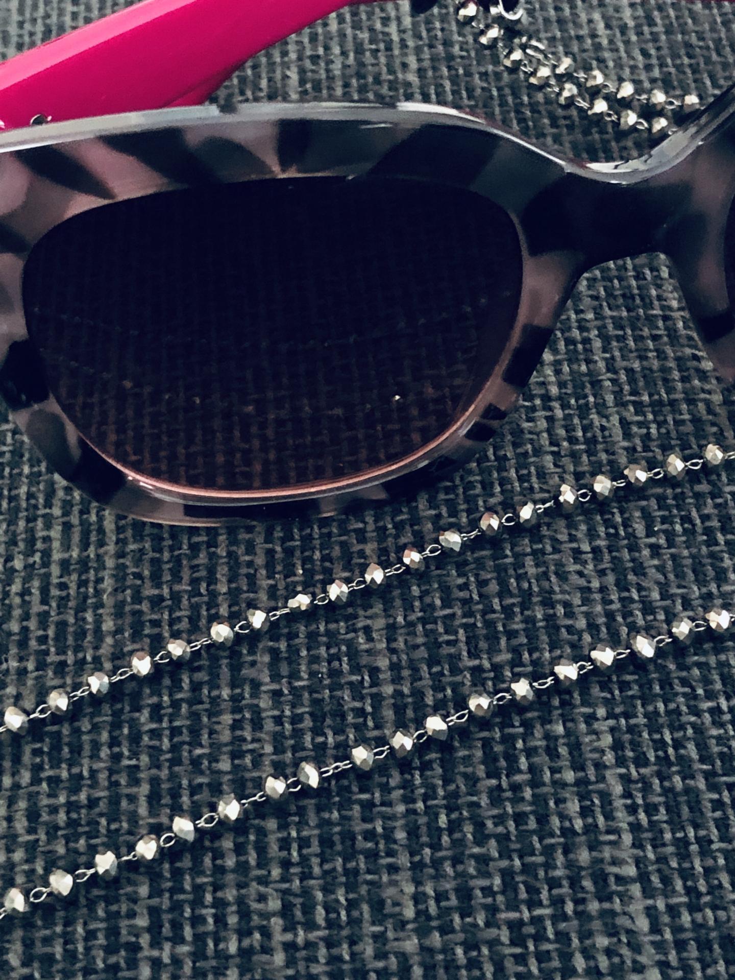 Cordón gafas de bolitas facetadas en gris plateado brillante