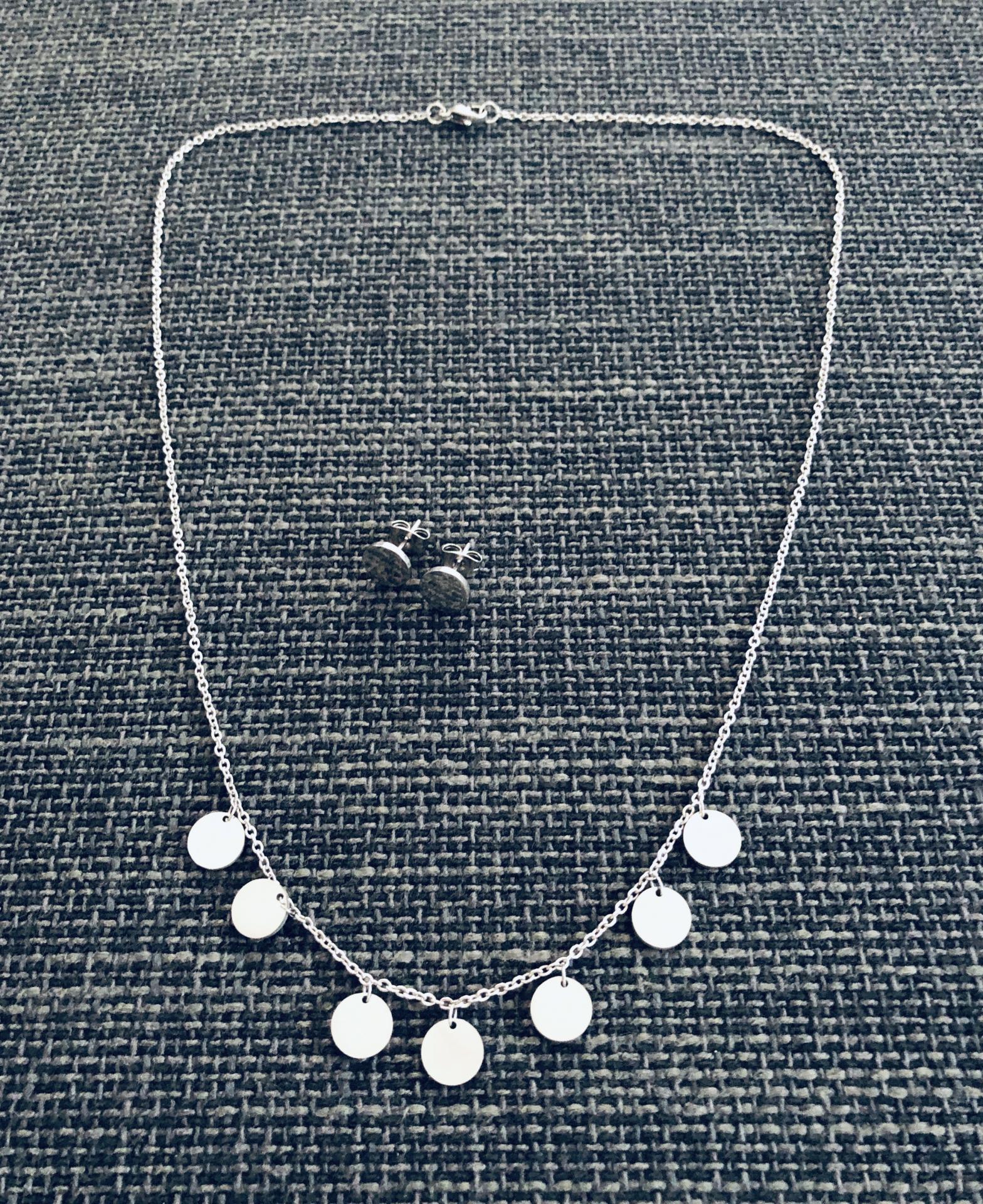 Conjunto  de pendientes y collar circulares en acero plateado