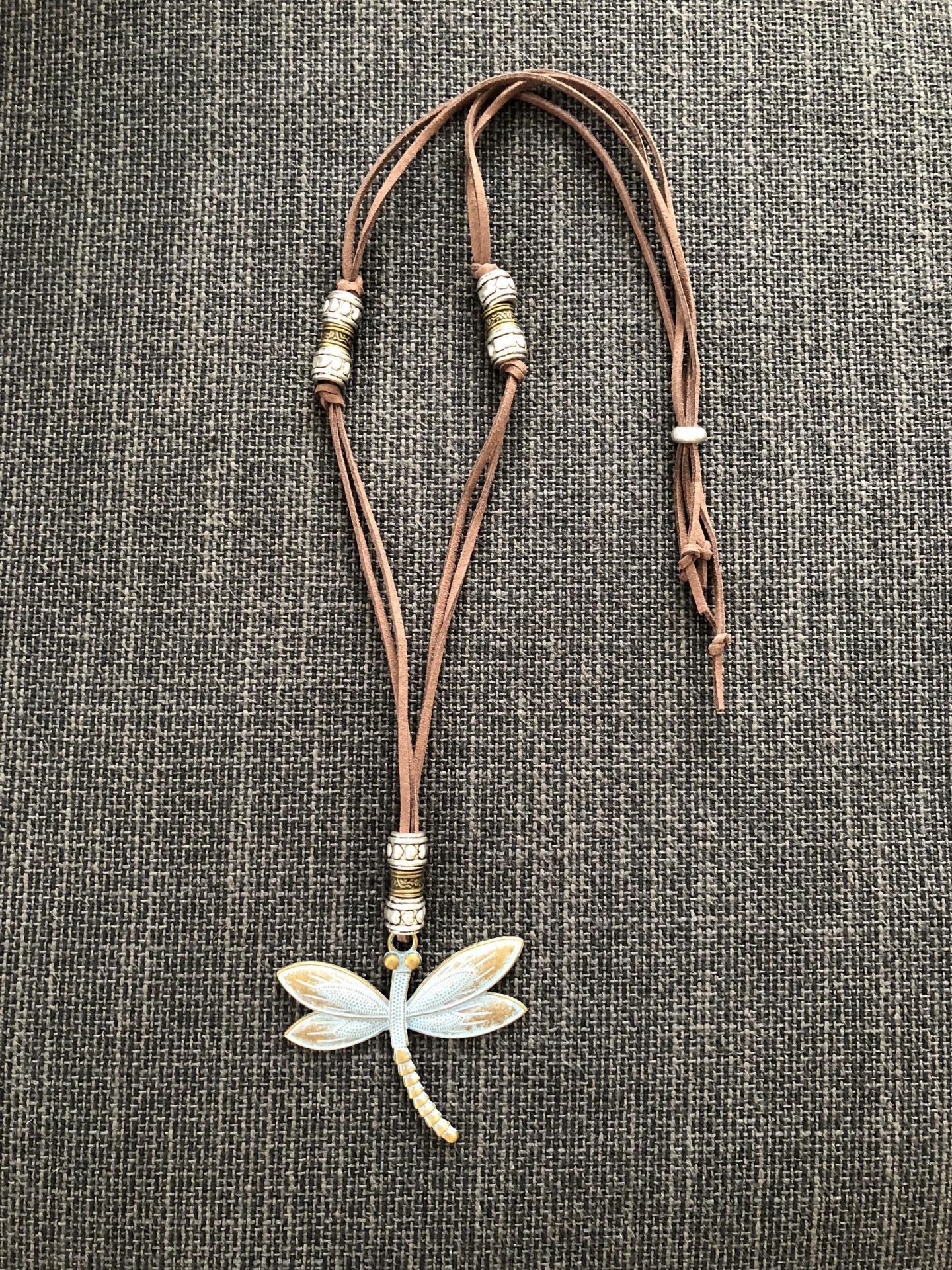 Collar libélula de latón oxidado
