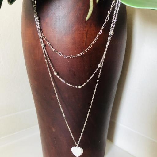 Collar de triple cadena con corazones, bolitas y colgante de corazón